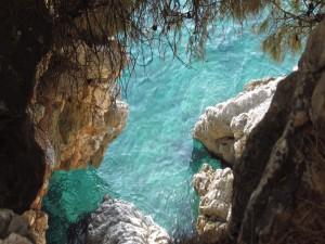 Postal: Rocas en el agua turquesa
