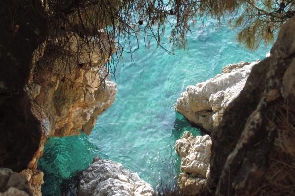 Rocas en el agua turquesa