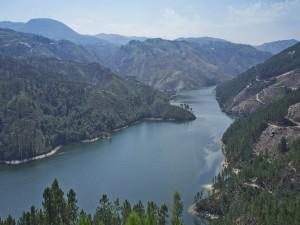 Postal: Río entre colinas