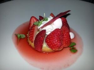 Un delicioso postre con fresas