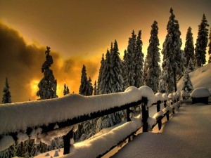Bello atardecer en un paraje nevado