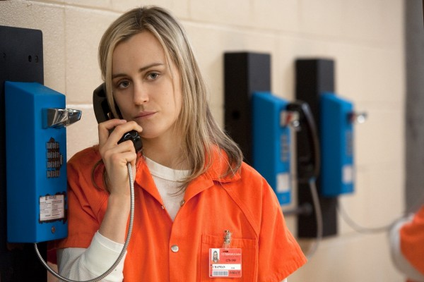 Piper hablando por teléfono (Orange is the new Black)