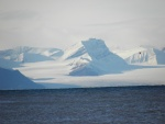 Montañas cubiertas de nieve junto al agua