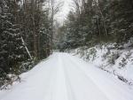 Una carretera cubierta de nieve