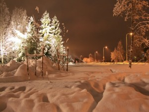 Nieve en una calle iluminada