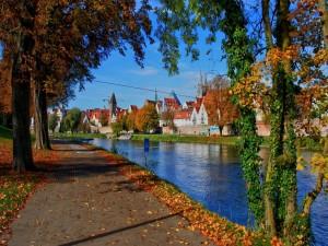 Hermosa ciudad junto a un canal