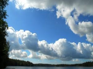 Postal: Grandes nubes sobre un lago