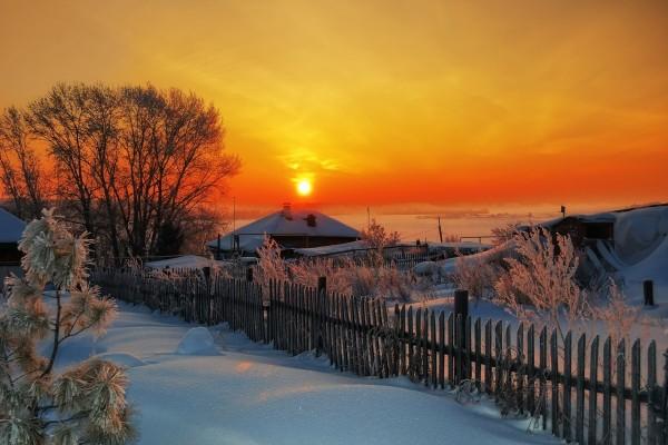 Un bello amanecer en un paisaje cubierto de nieve