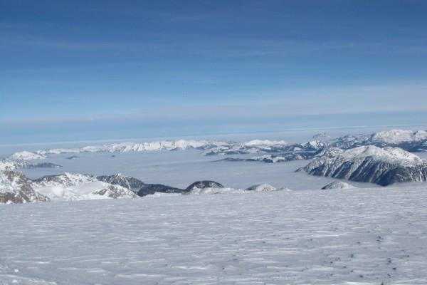 Vista de grandes cumbres sobre las nubes