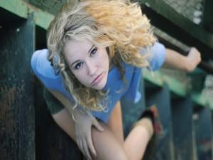 Joven sentada en unas escaleras