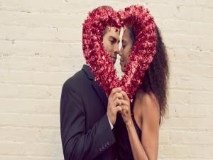 Postal: Pareja sosteniendo un corazón el Día de San Valentín