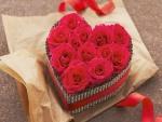 Un hermoso corazón cubierto de rosas