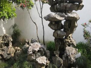 Postal: Escultura de roca en un jardín