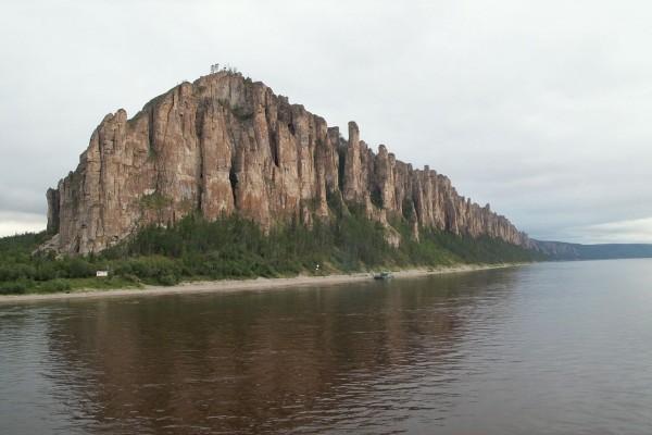 Navegando en el río Lena junto a una formación rocosa