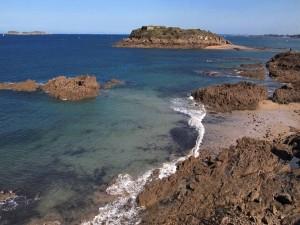 Isla rocosa a orillas del mar