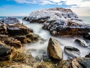 Hielo sobre unas rocas marinas