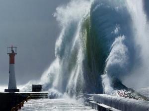 Postal: Gran ola rompiendo en un embarcadero