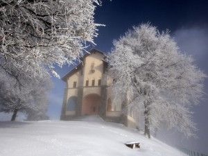 Edificio religioso en un paraje cubierto de nieve