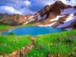 Pequeño lago en las montañas