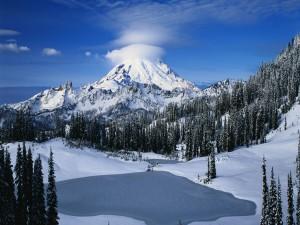 Postal: Lago helado junto a una gran montaña
