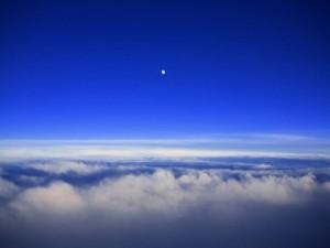 La luna sobre las nubes