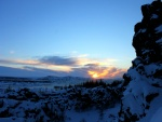 El sol de amanecer descubriendo un paisaje cubierto de nieve