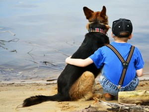 Un niño abrazando a su mascota