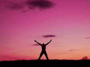 Un hombre hombre feliz al amanecer