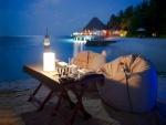 Cena romántica a orillas del mar