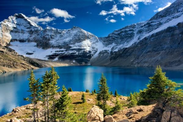Precioso lago junto a las montañas
