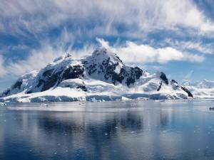 Montaña blanca junto al agua