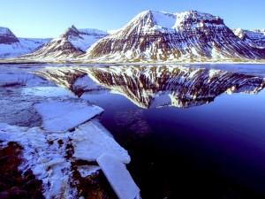 Postal: Montañas con nieve reflejadas en el agua
