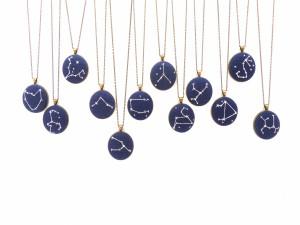 Postal: Colgantes con las constelaciones del zodiaco