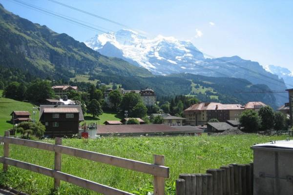 Pueblo en los Alpes suizos
