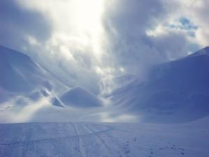 Nubes y nieve sobre las montañas