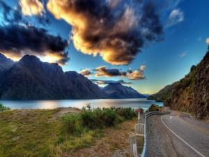 Postal: Carretera junto a un lago
