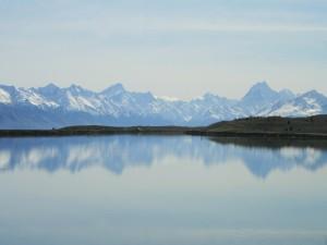 Postal: Montañas reflejadas en un lago de Isla Sur (Nueva Zelanda)