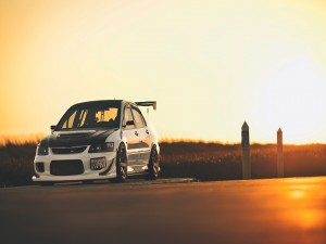 Mitsubishi en una carretera al atardecer