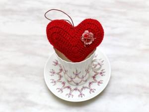 Un corazón sobre una taza