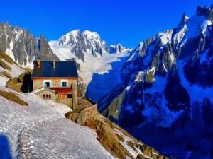 Nieve junto a un refugio de alta montaña