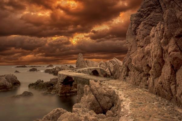 Puente de piedra junto al mar