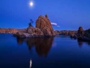 Luna brillante reflejada en un lago