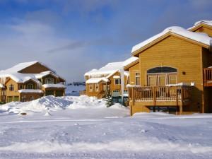 Casas de madera cubiertas de nieve