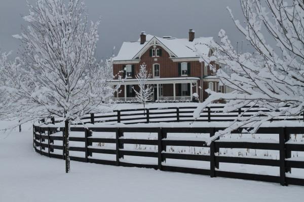 Gran casa cubierta de nieve