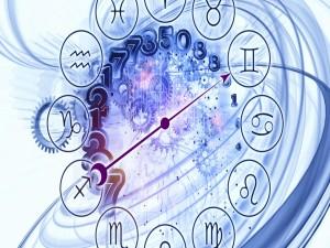 Los símbolos de los horóscopos sobre el mecanismo de un relog