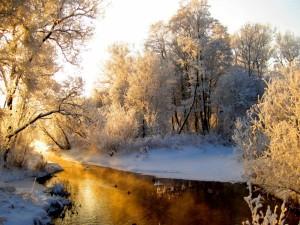 Postal: Sol calentando el agua de un río rodeado de nieve