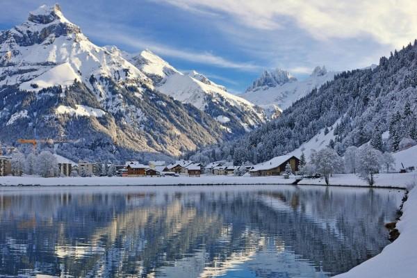 Un pueblo entre montañas cubierto de nieve