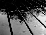 Gotas de lluvia sobre un suelo de madera