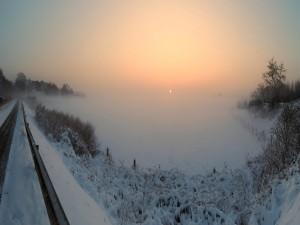 Niebla y sol sobre un paraje cubierto de nieve