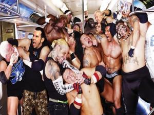Postal: Luchadores profesionales en un vagón de metro